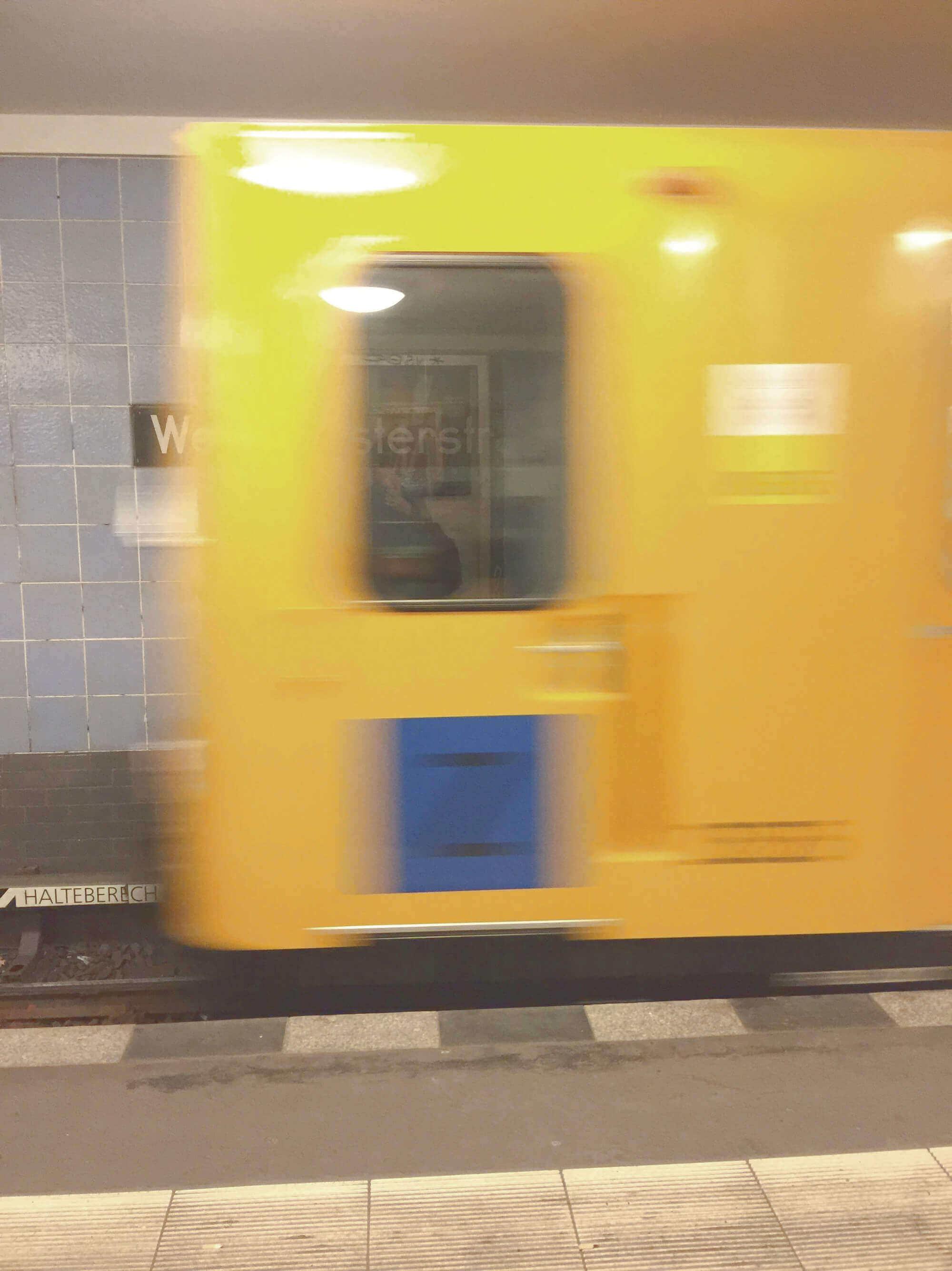 einkommende Berliner U-Bahn in Bahnhof Weinmeisterstraße