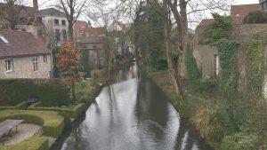 Blick auf Reienkanal und Häuser mit Gärten am Wasser