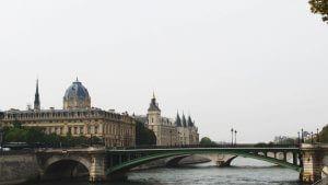 Blick auf die Seine mit Brücke und Gebäuden