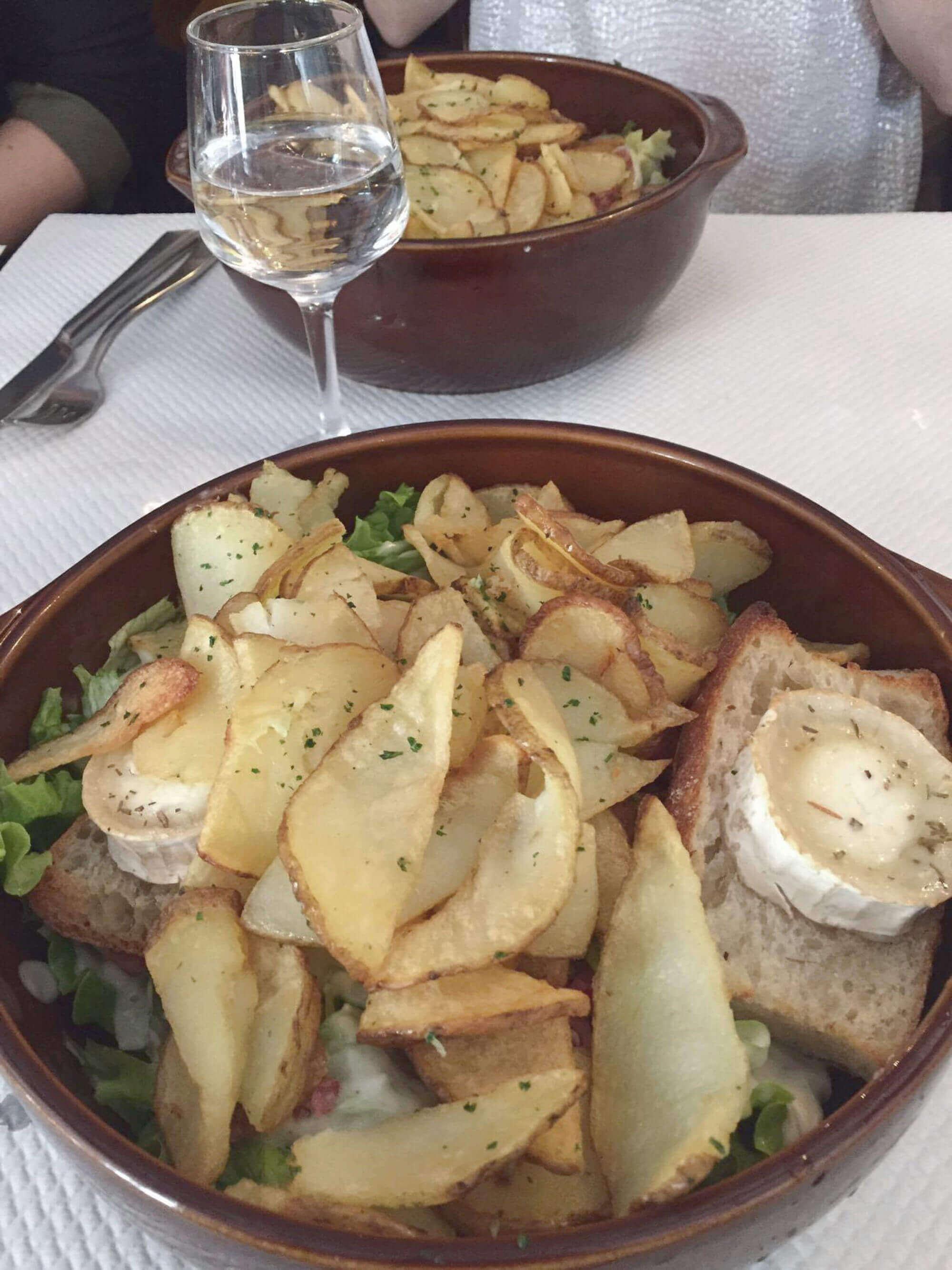Französischer Salat mit Kartoffeln und Ziegenkäse