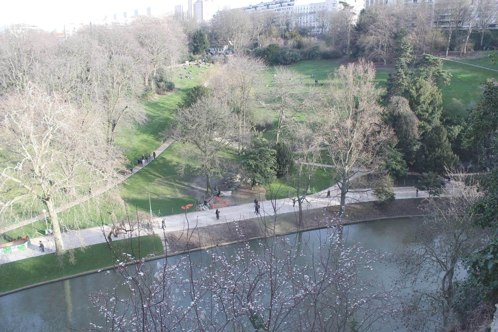 Ausblick über den Park Buttes-Chaumont in Paris
