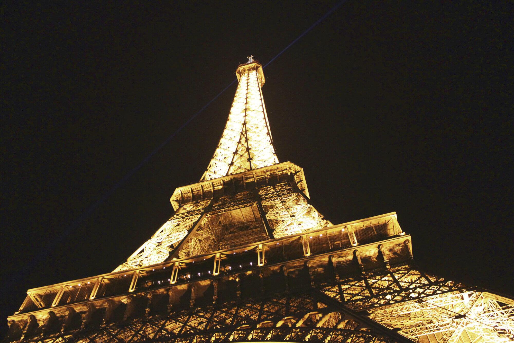Eiffelturm erleuchtet bei Nacht in Paris