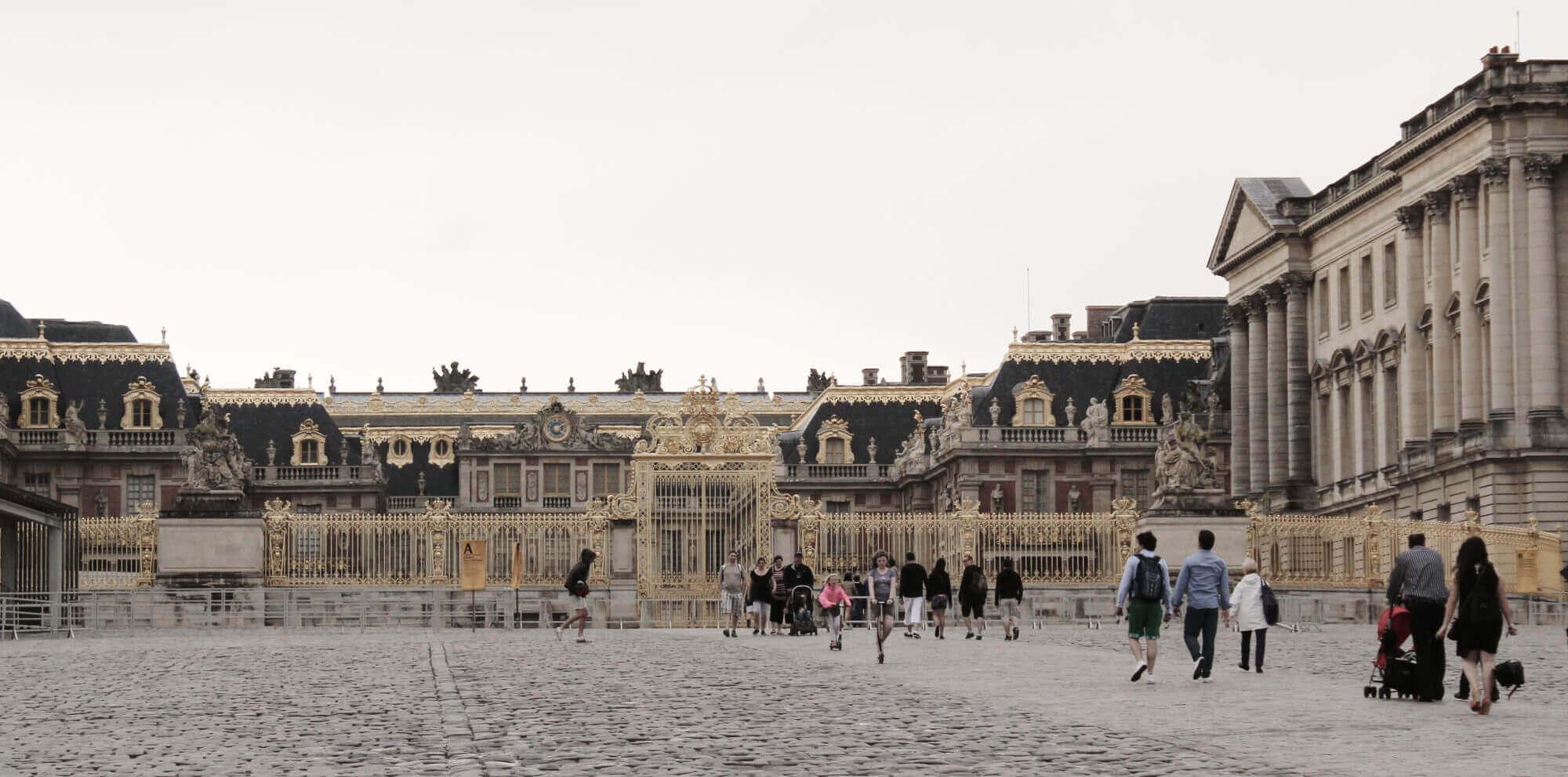 Blick auf Eingang des Palastes in Versailles