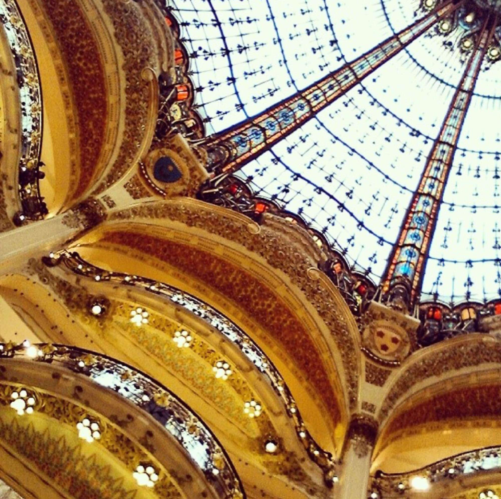 Blick zur Deckenkuppel des Luxuskaufhauses Galeries Lafayettes in Paris