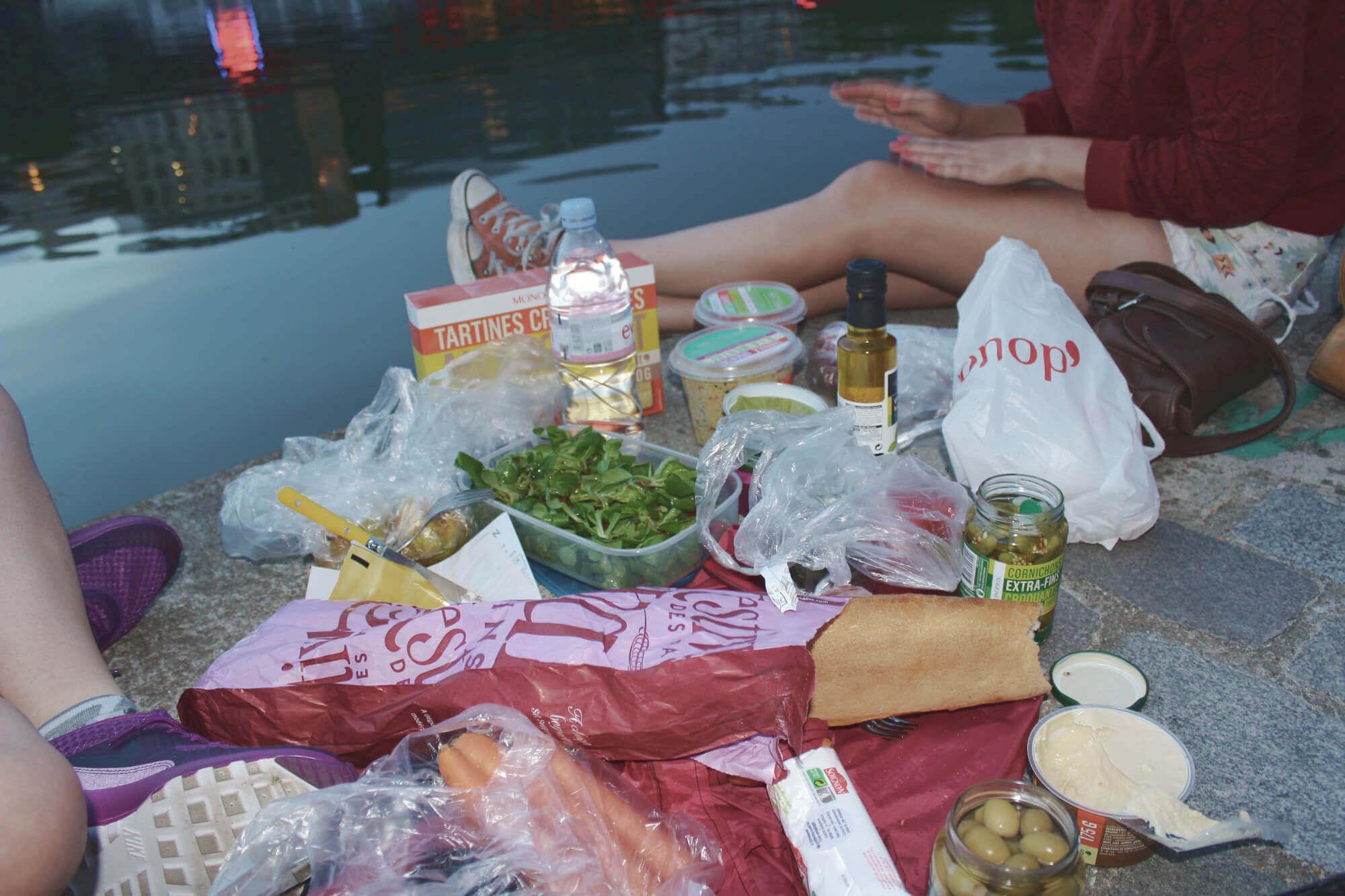 Picknick am mit vielen verschiedenen französischen Leckereien am Canal Saint-Martin in Paris