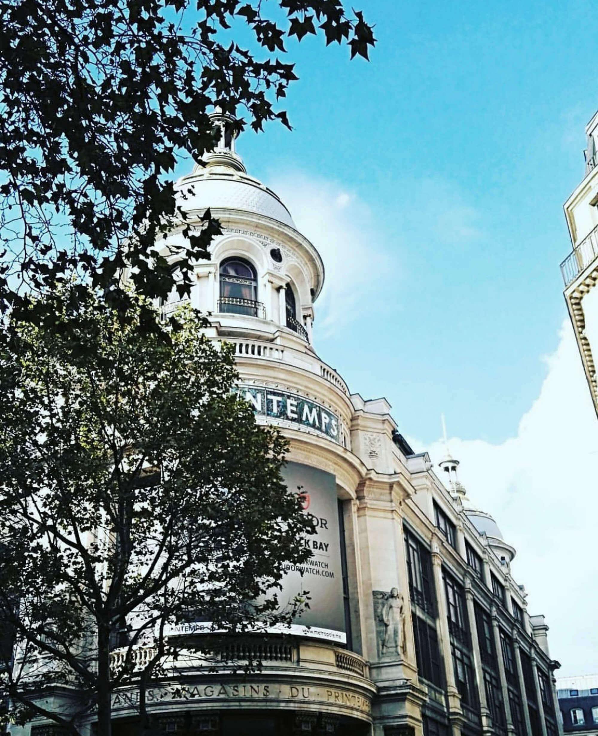 Blick von Boulevard d'Haussmann auf das Luxuskaufhaus Printemps in Paris