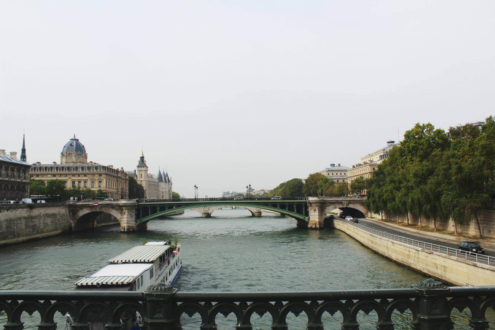 Blick von Brücke auf die Seine mit Rundfahrtschiff