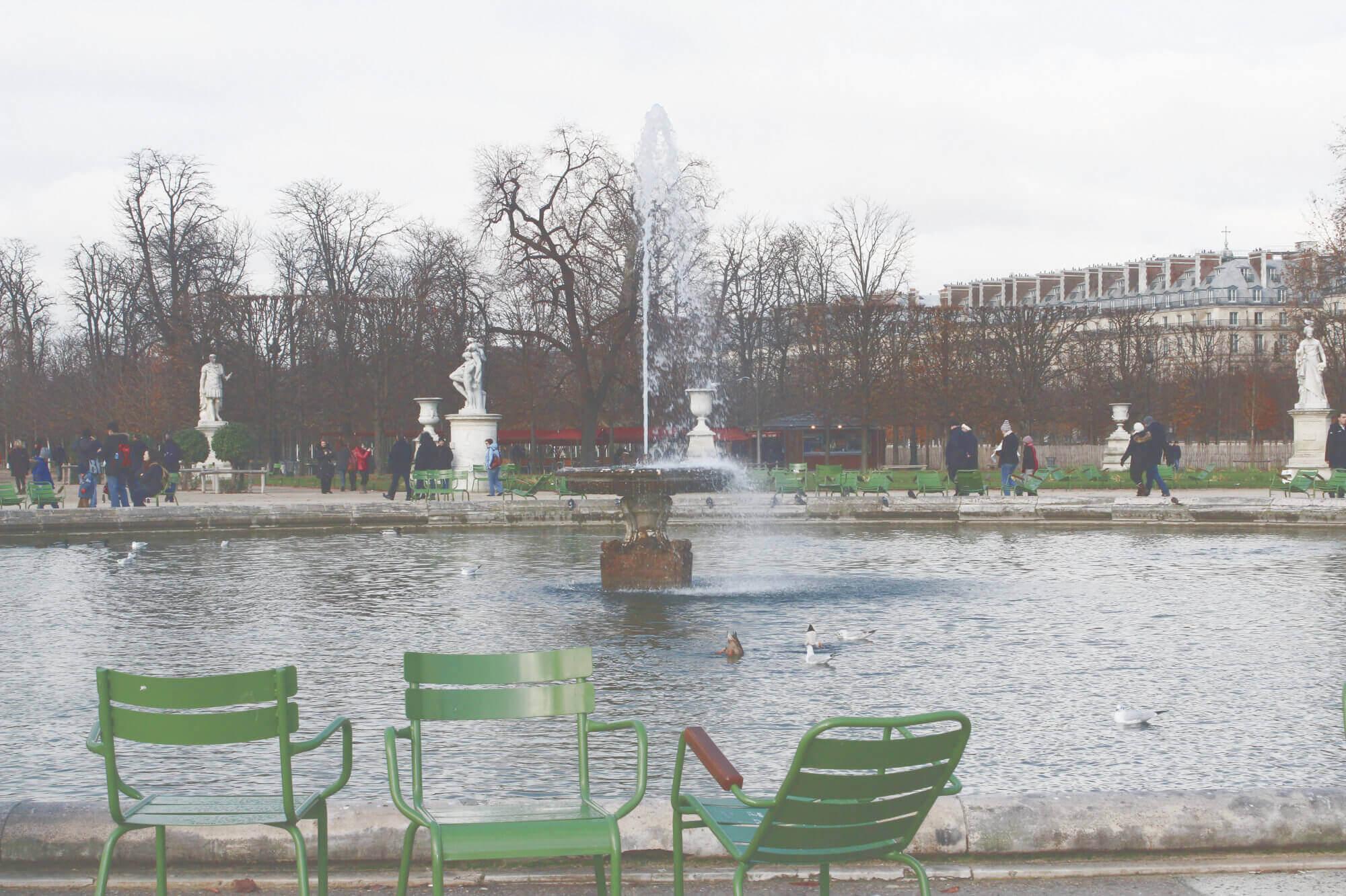 Blick auf den Brunnen im Jardin de Tuileries in Paris