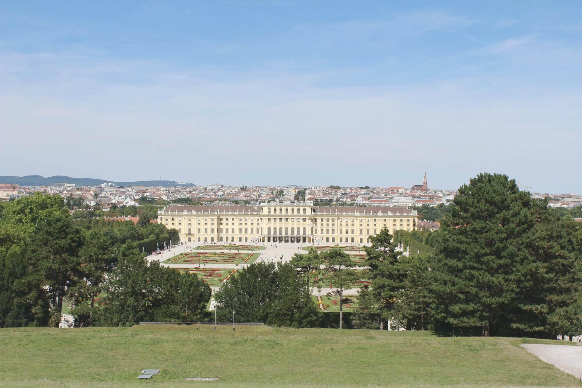 Ausblich von Gloriette auf das Schloss Schönbrunn mit Gärten in Wien