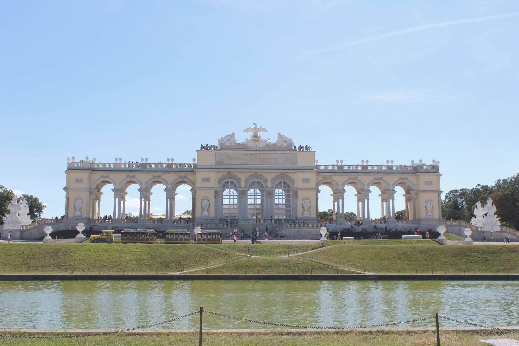 Blick auf Gloritte mit Teich im Schloss Schönbrunn in Wien