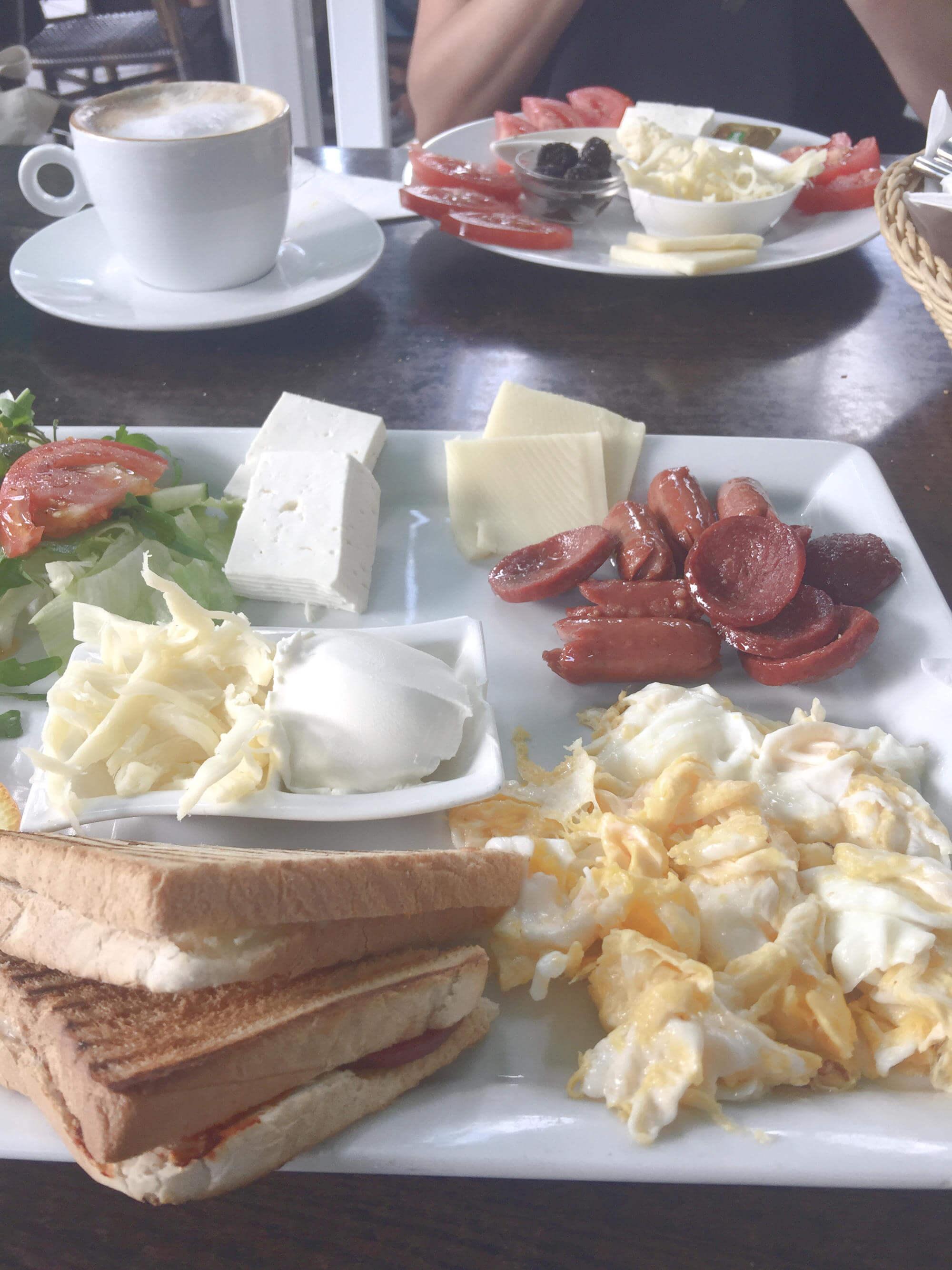 La Femme deluxe-Frühstück: Rührei, Toast, gebratenen Würstchen und Sucuk, verschiedenener türkischer Käse + türkisches Käse-Frühstück