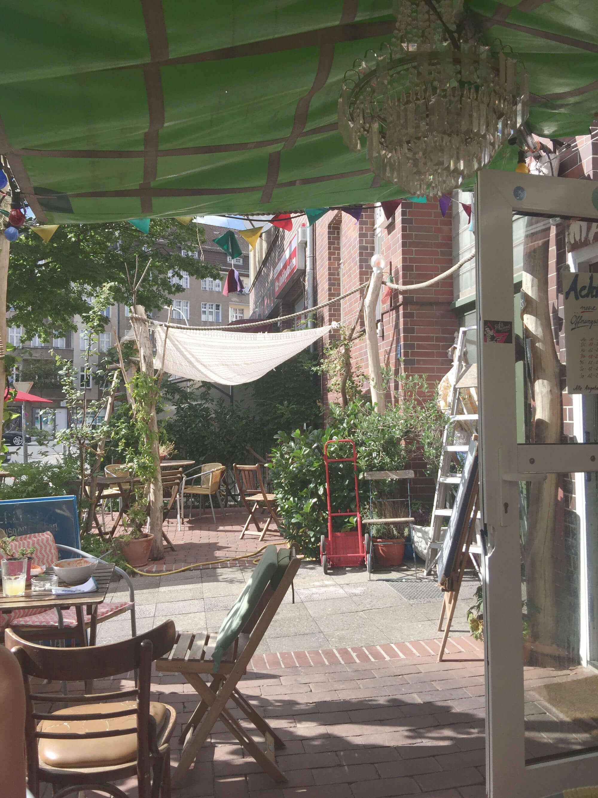 Blick auf die Außenterrasse des Galettes-Lokals Malör in Berlin-Wedding