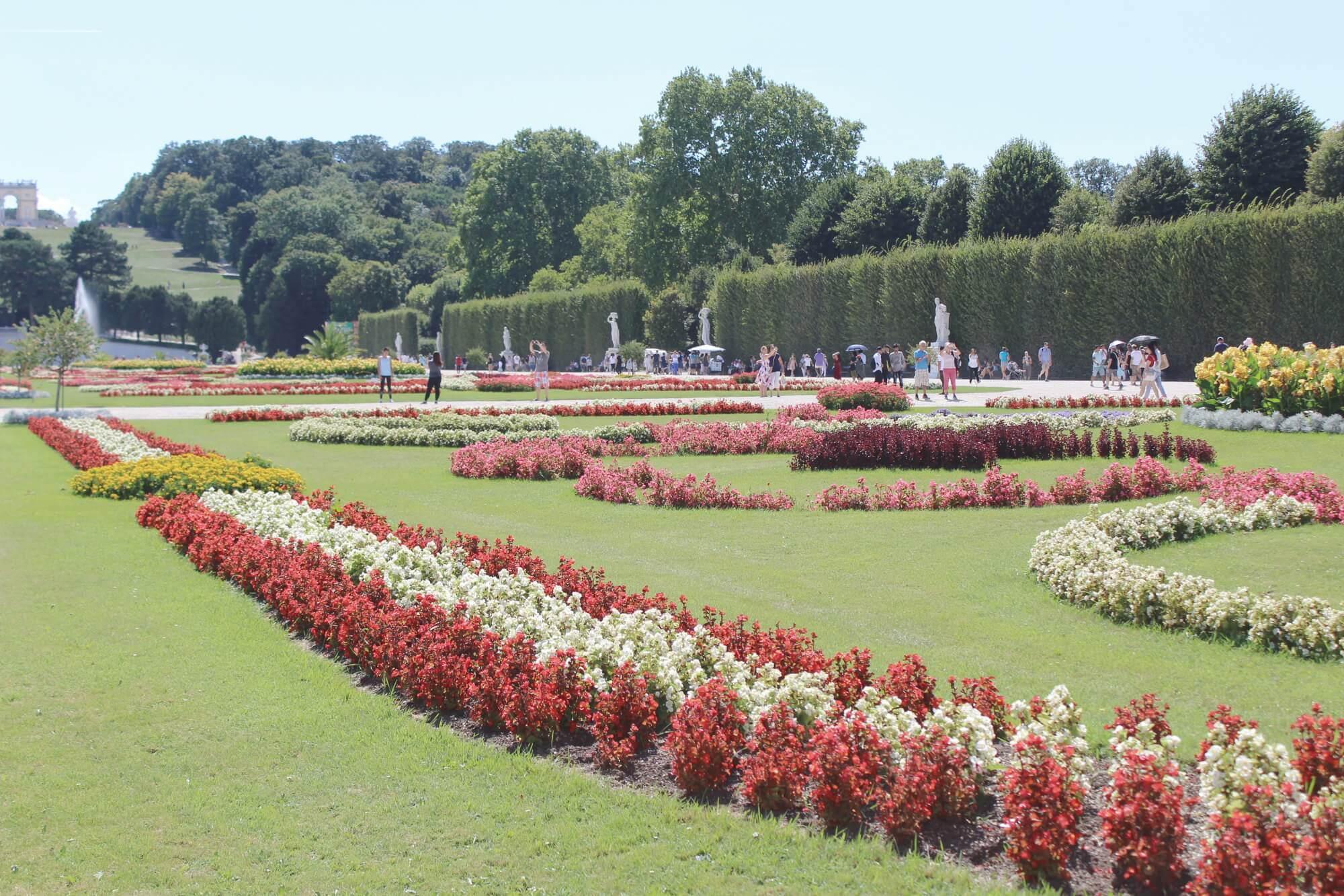 Blick auf Schlossgarten in Schloss Schönbrunn Wien