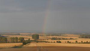 Regenbogen über Feldern in der Welterberegion Wartburg-Hainich in Thüringen