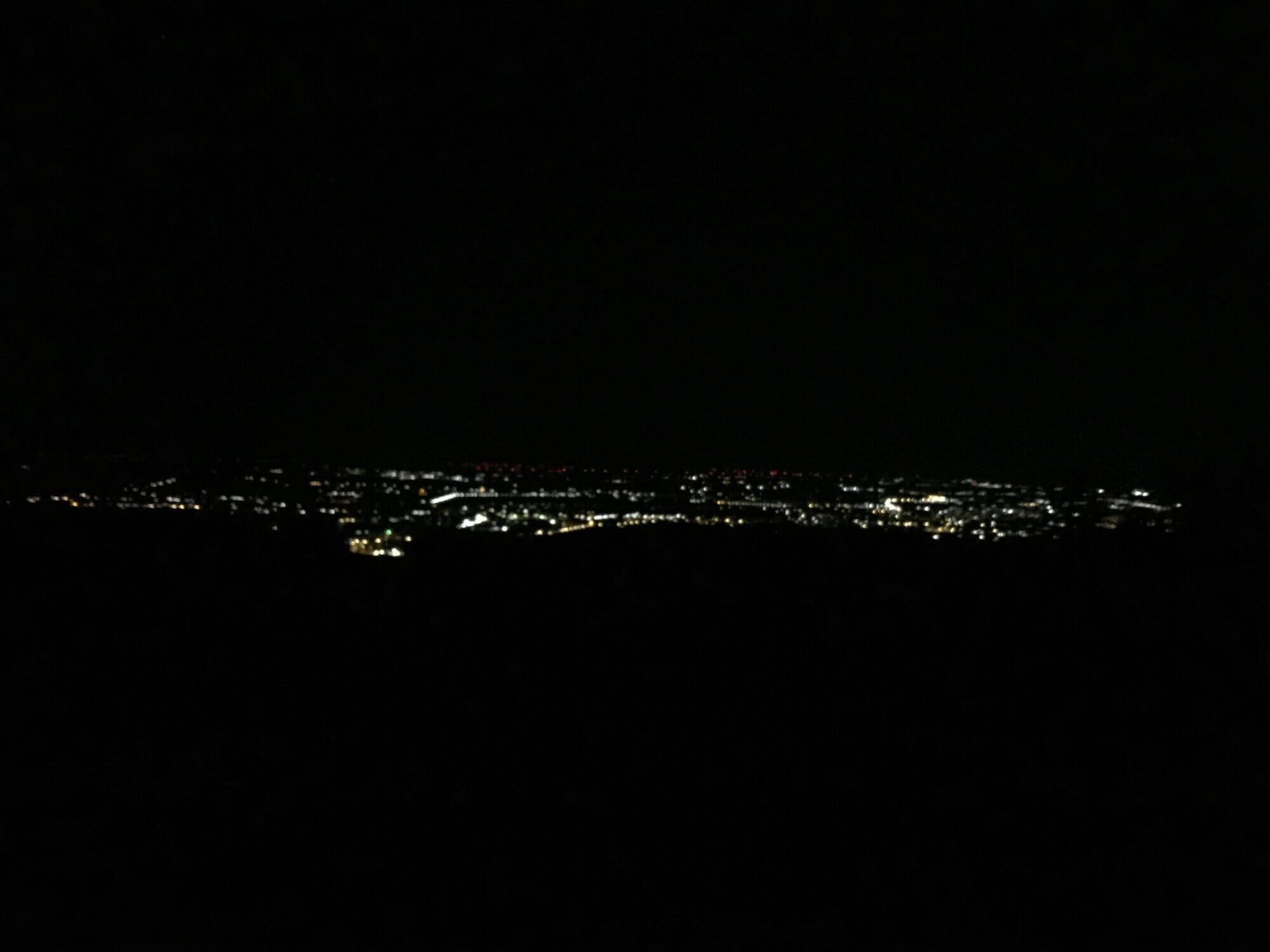 Ausblick von Wiener Weinbergen auf Stadt bei Nacht