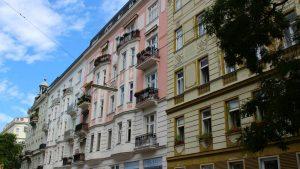 Blick auf Altbau-Nachbarschaft in Wien