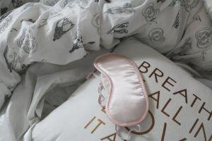 Einschlaftipps: Bettdecke, Schlafmaske, Kissen
