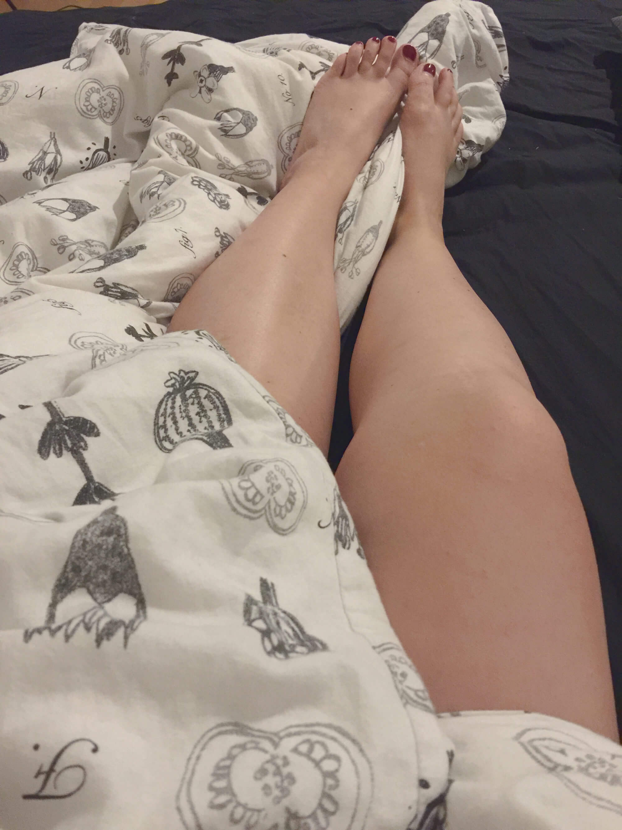 Einschlaftipps: Beine in Bett mit Bettdecke
