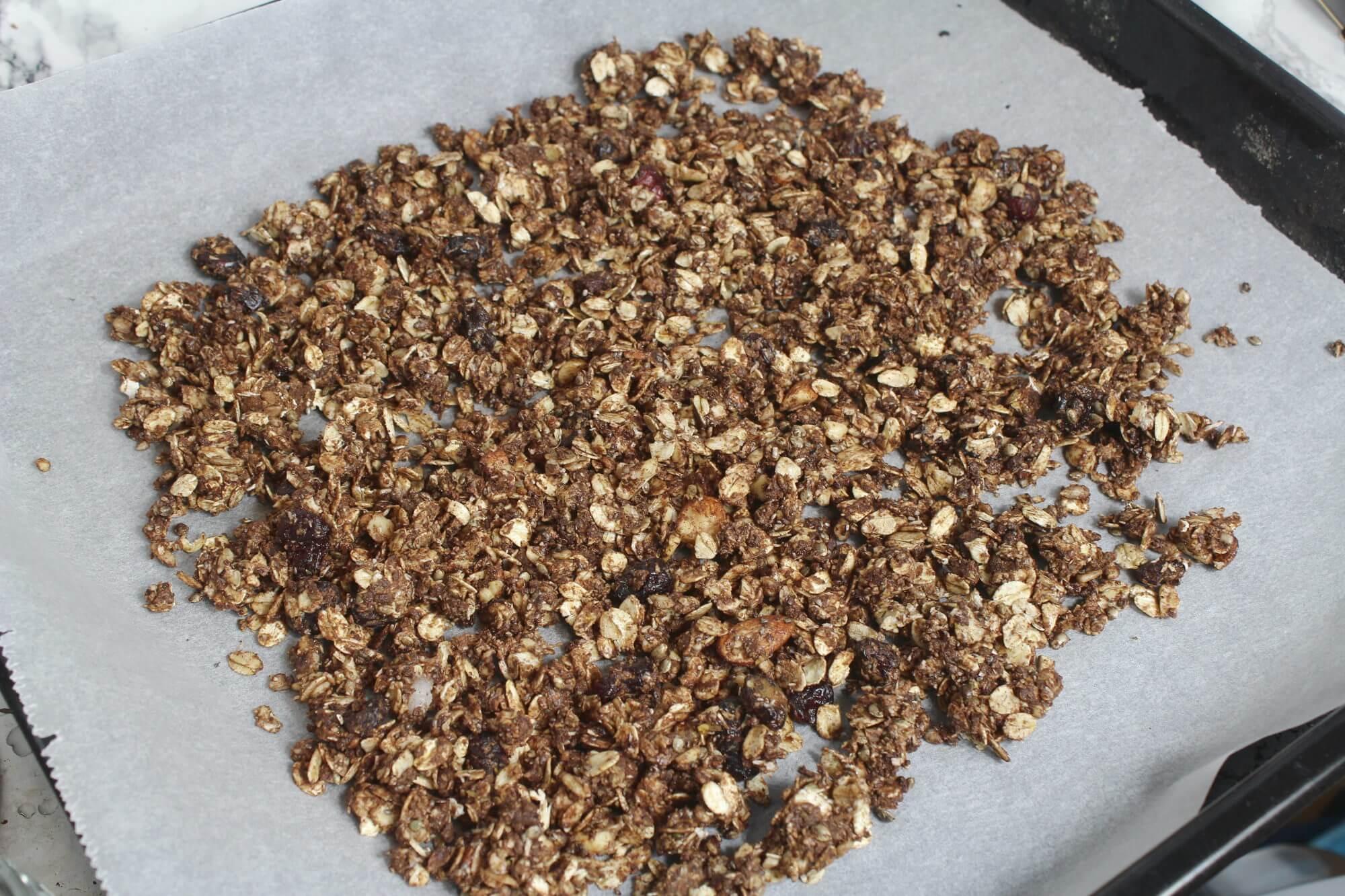 Knuspermüsli selber machen: Zutaten auf Backblech verteilt