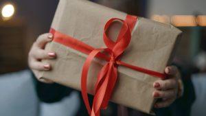 Geschenkideen für Weihnachten: Geschenk verpackt mit rotem Band