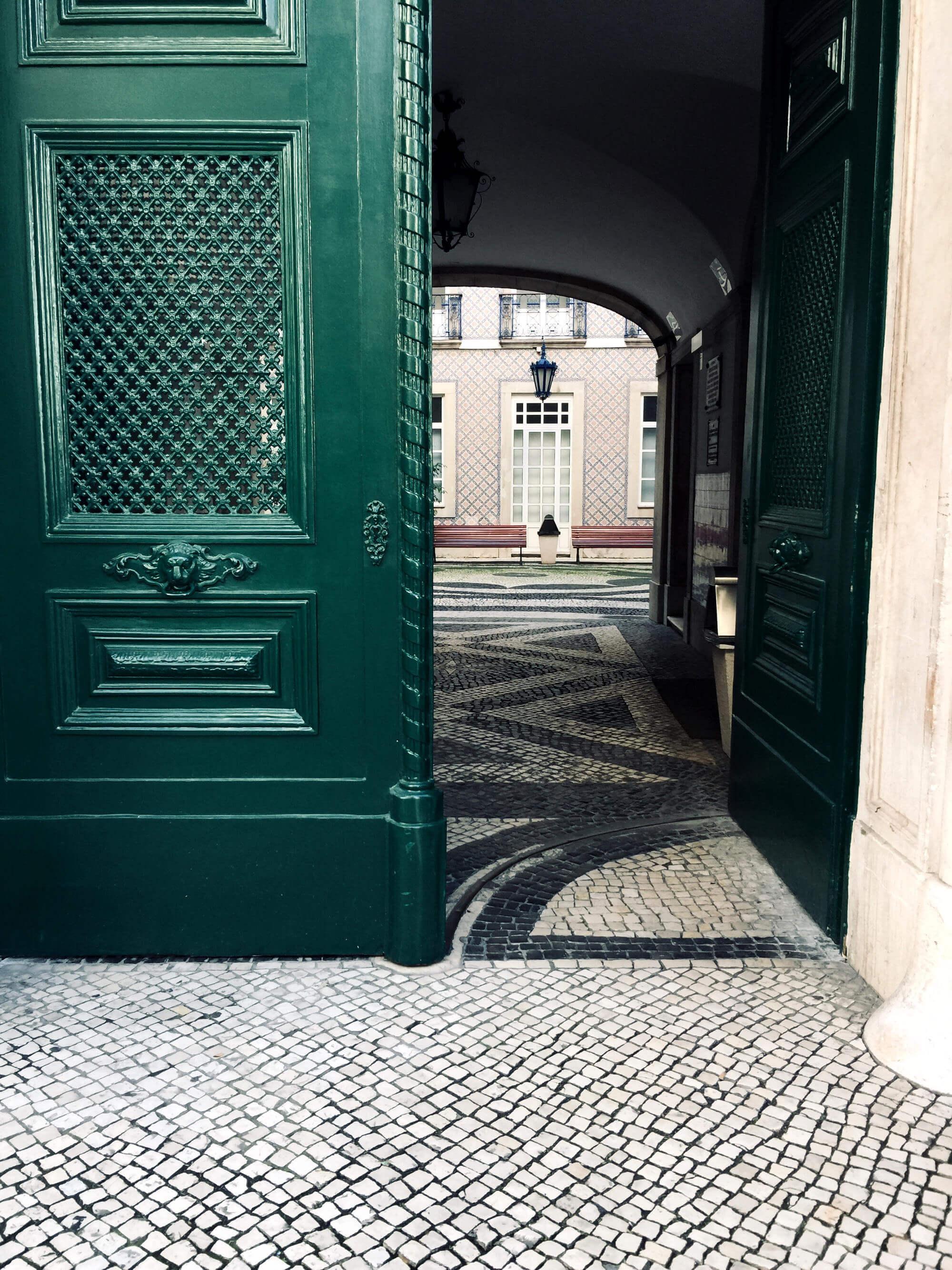 Blick auf Haustür und Innenhof in Lissabon