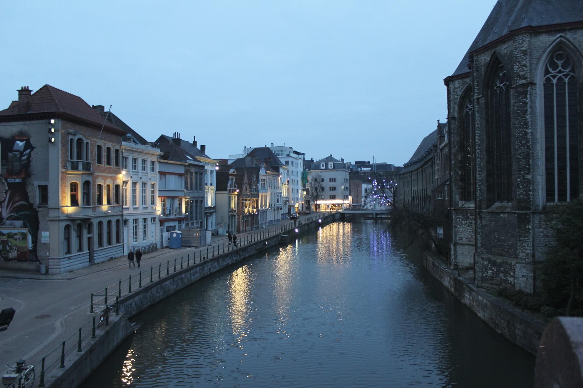 Blick auf Nobelviertel in Gent bei Dämmerung