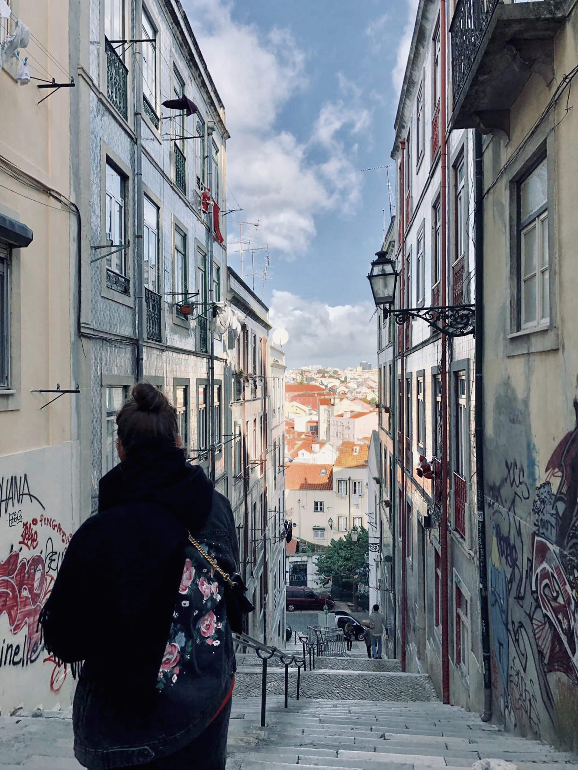 Blick auf Treppe und Dächer von Lissabon