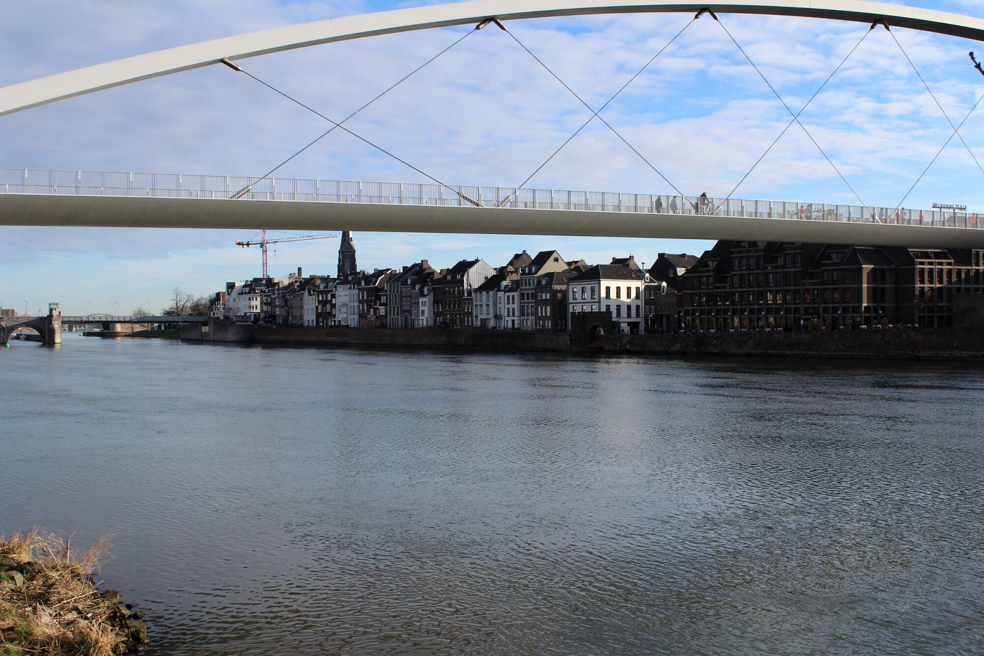 Blick auf Brücke, Maas und die Altstadt Maastrichts