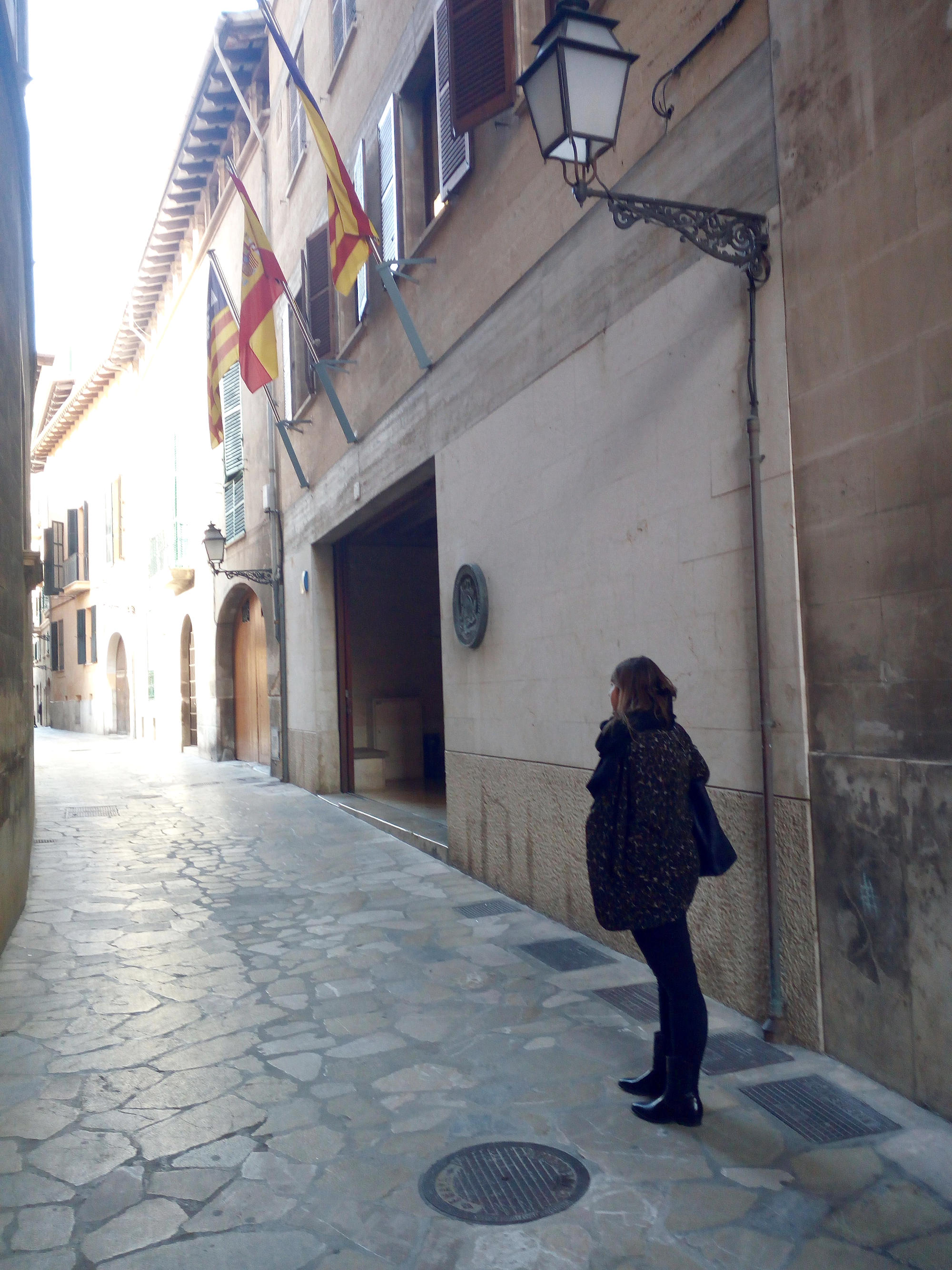 Frau alleine in Gasse in Mallorca