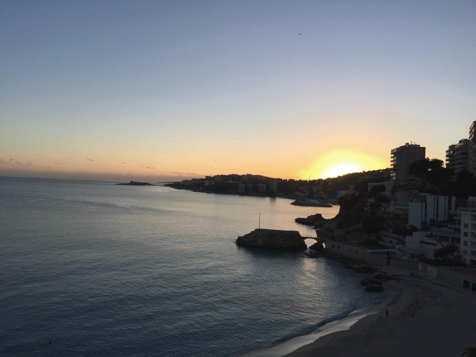 Sonnenuntergang in Strandbucht auf Mallorca