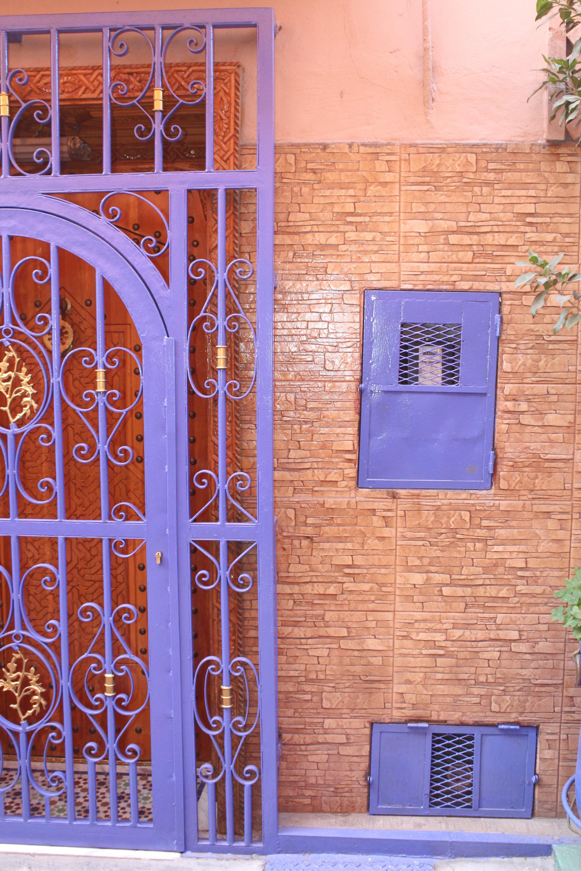 Blaues Tor in Hinterhof in Marrakesch