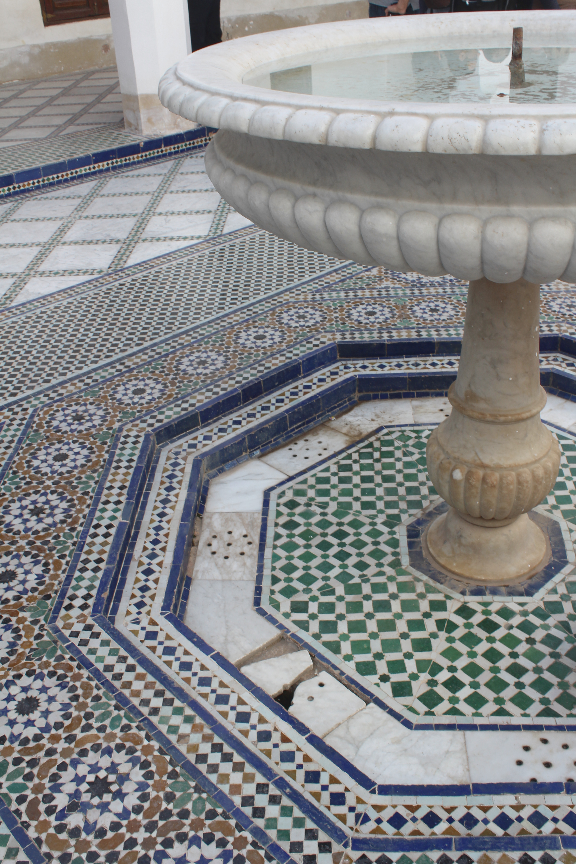 Palais de la Bahia gefließter Innenhof mit Brunnen
