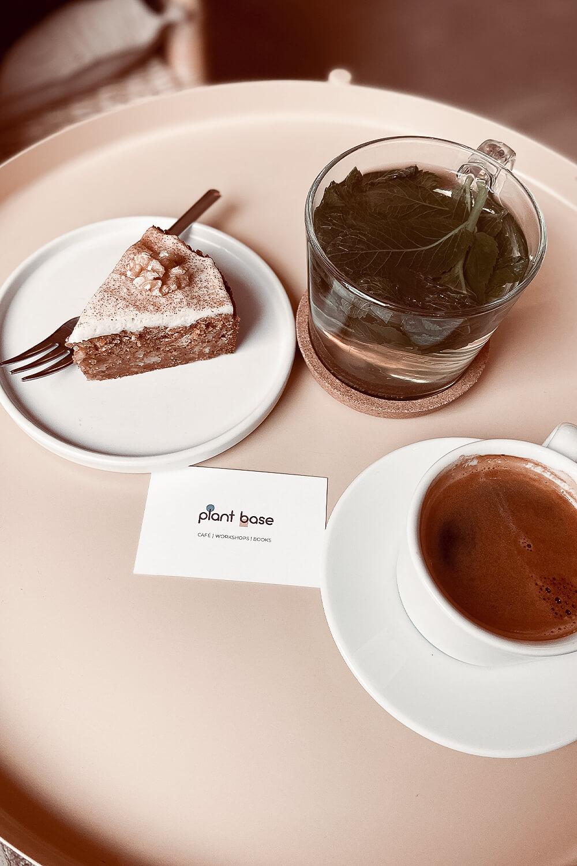 Kaffee, Kuchen und Tee im Plant Base Berlin