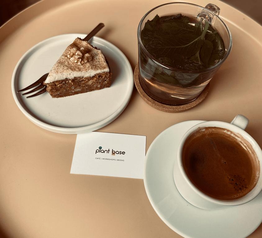 Kaffee, Kuchen und Tee im Plant Base Berlin Café
