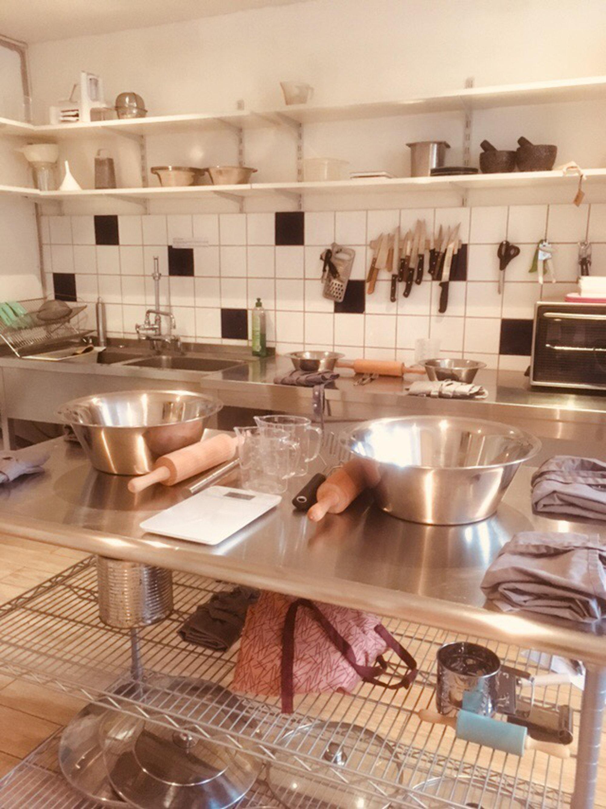 Leere Küche mit vorbereiteten Utensilien für einen Workshop von Plant Base Berlin