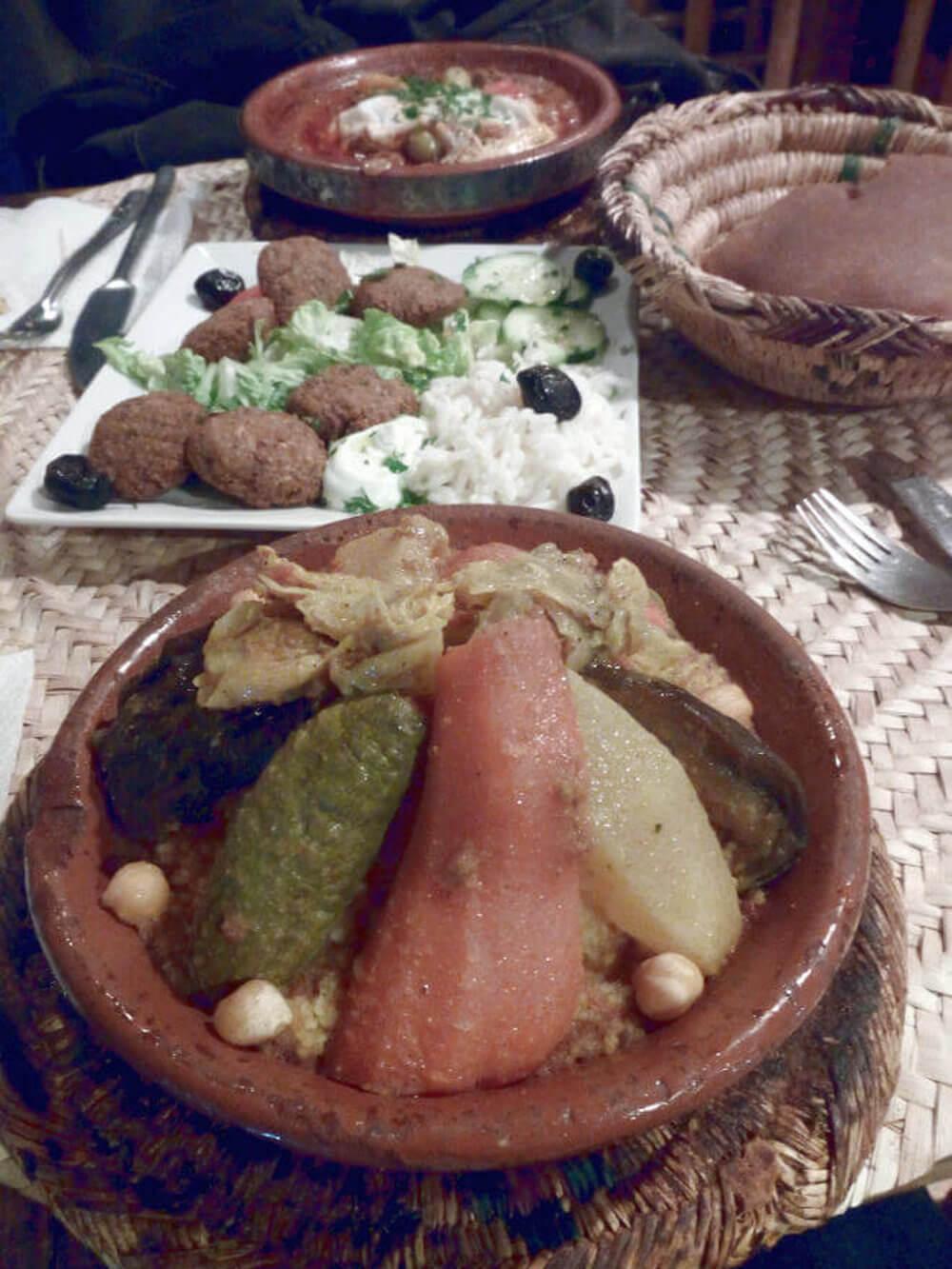 Gemüsetajine und Falafel im Café Kessabine in Marrakesch, Marokko