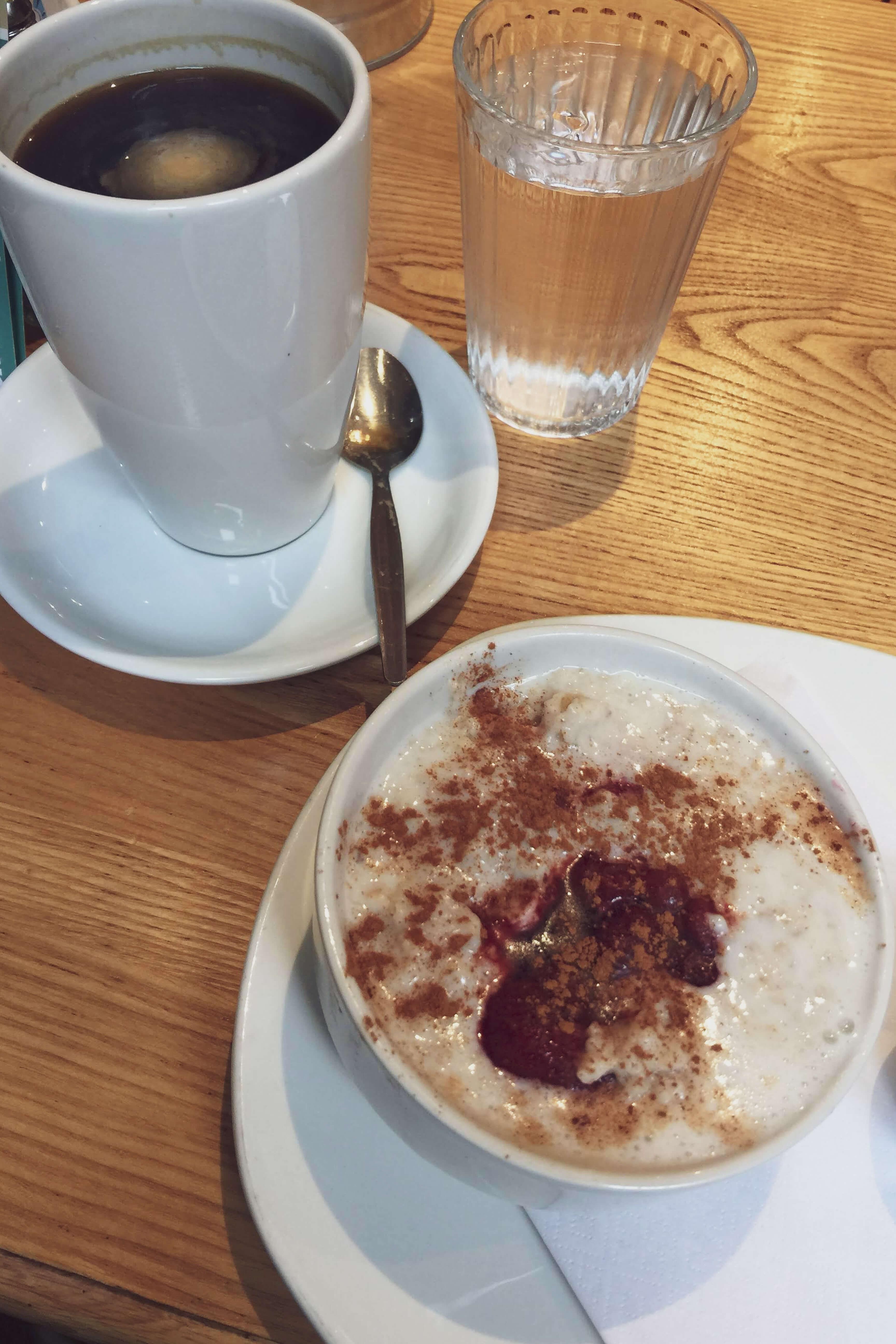 Porridge und Kaffee im Café Wander