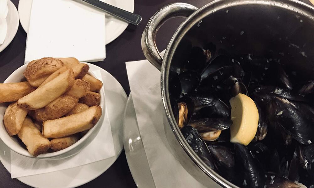 Muscheln und Pommes im Mussel In in Glasgow