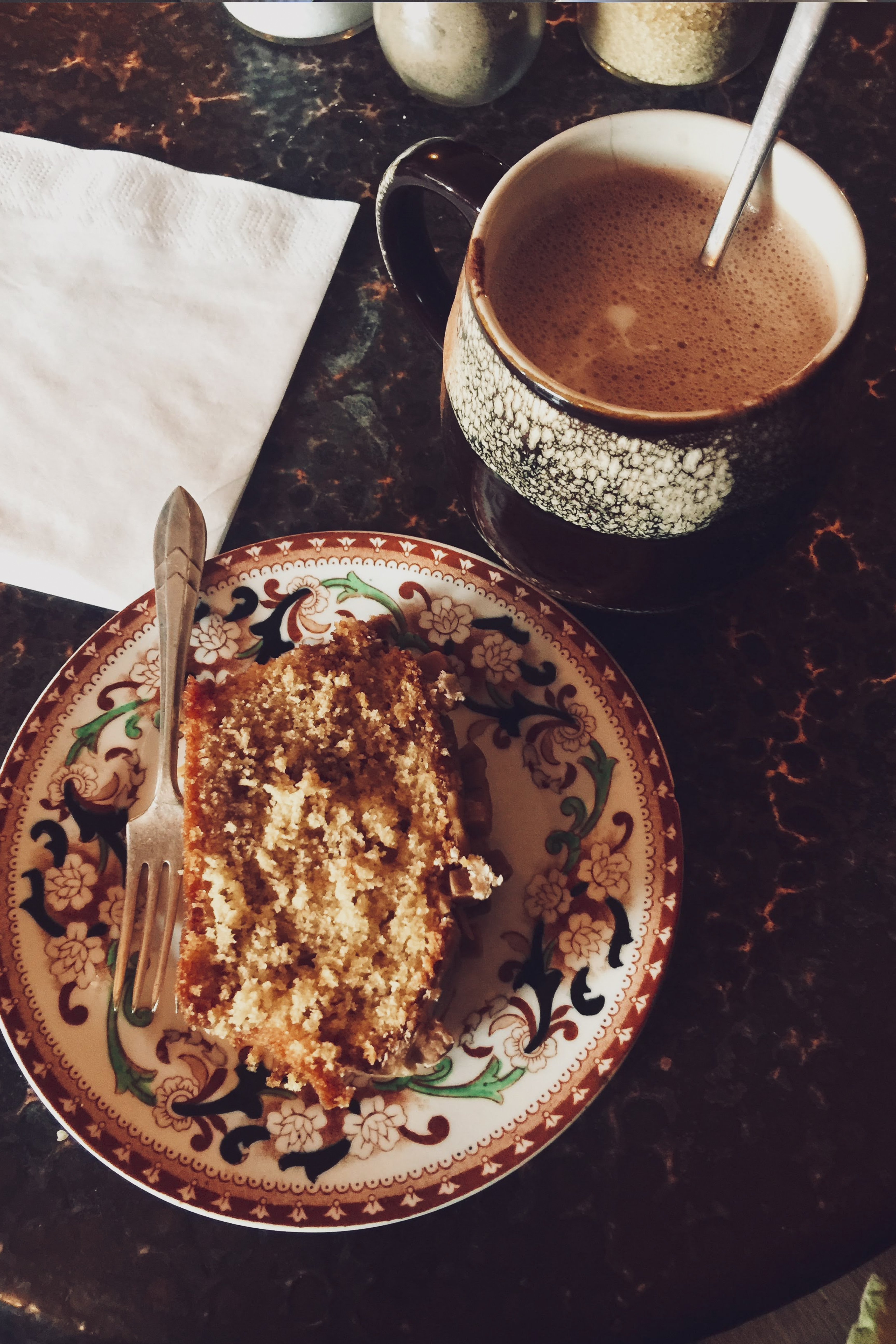Stickey Caramel Cake und heiße Schokolade im Steamie Coffee Roasters in Glasgow