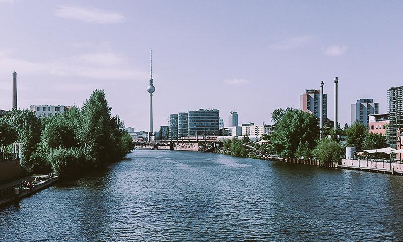 Blick auf Spree und Fernsehturm von Ostbahnhof