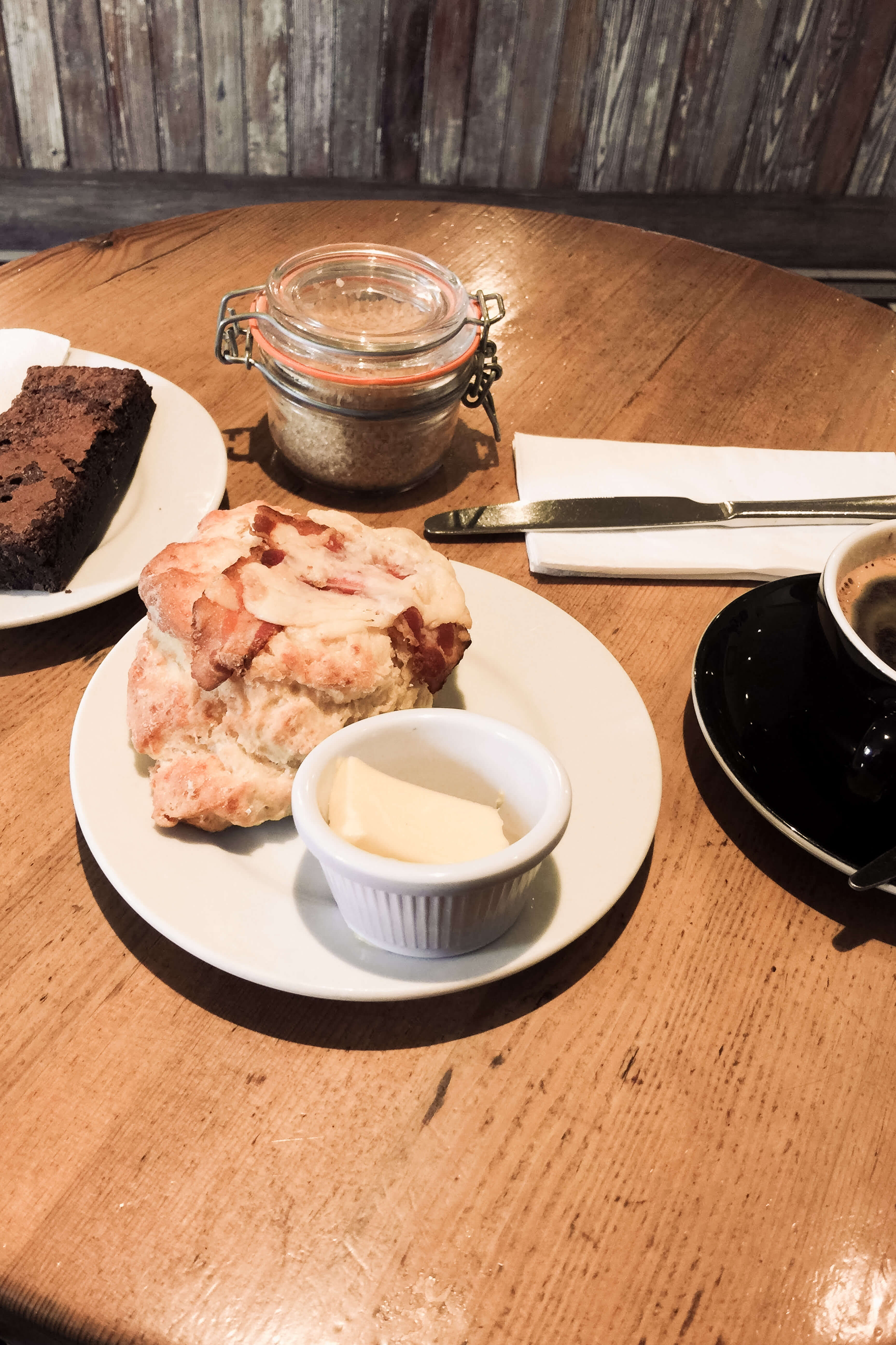 Scones, Brownie und Kaffee im Café Wellington Edinburgh