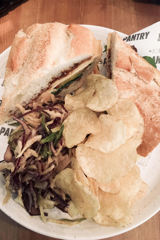 Sandwich mit Salat und Chips im Pantry Docevot in Edinburgh, Schottland