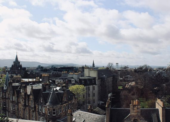 Blick über Häuser Edinburghs in