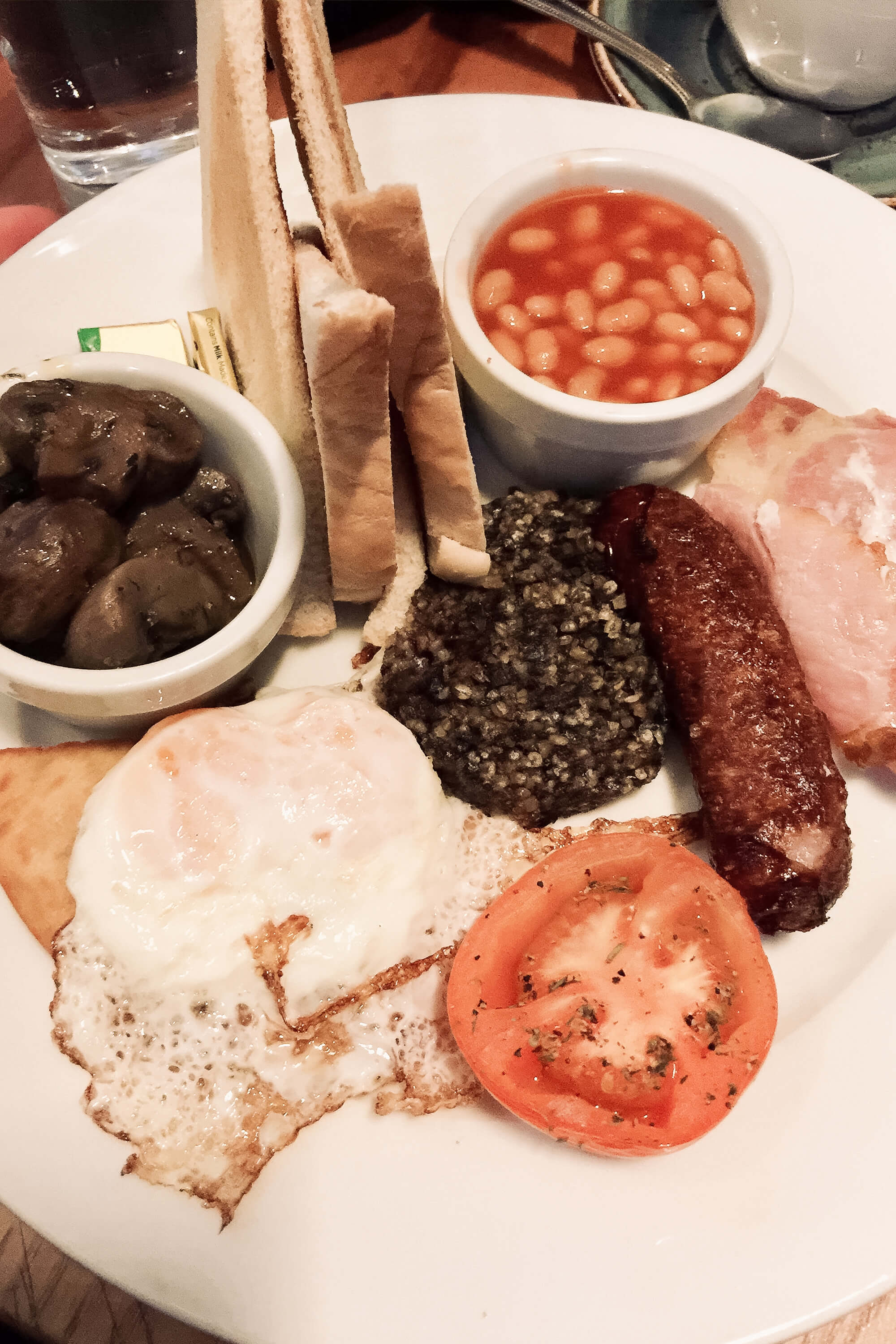Full Scottish Breakfast im Southern Cross Café in Edinburgh, Schottland