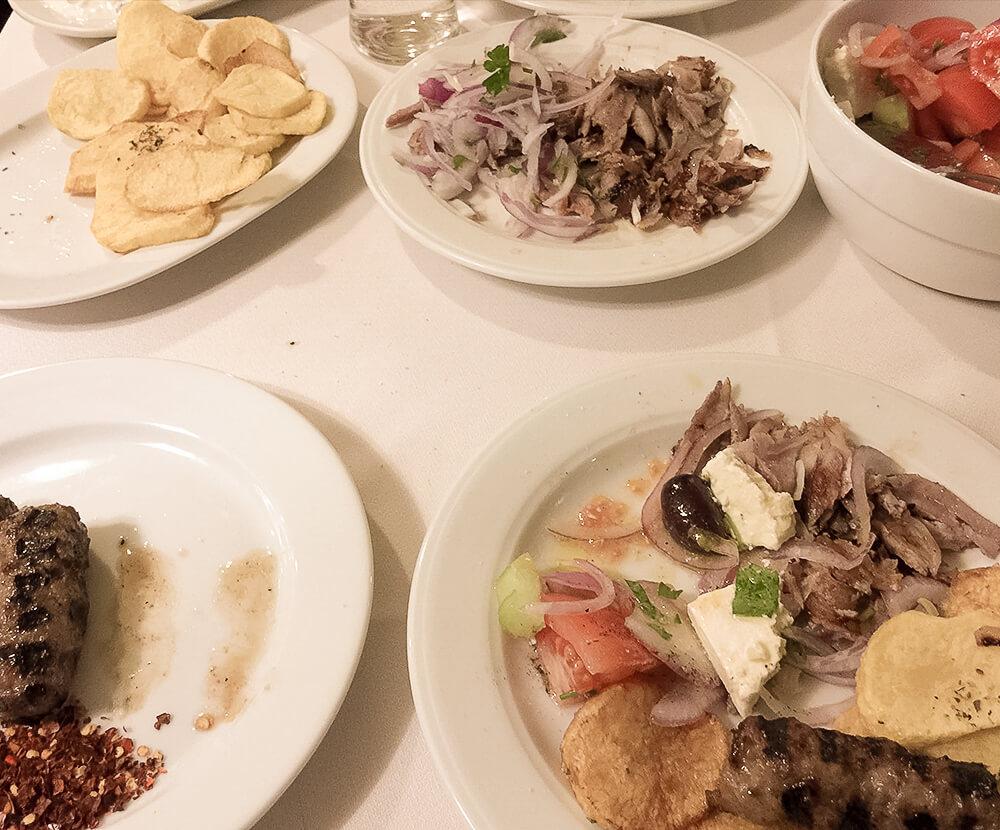 Griechisches Essen mit Gyros, Keftiti, Kartoffel und Salat