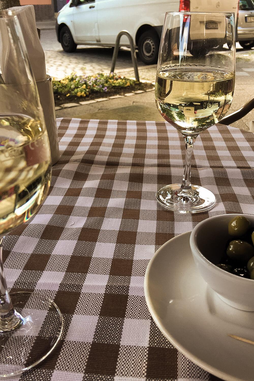 WEingläser und Oliven auf karierter Tischdecke in einem italienischen Restaurant in Berlin