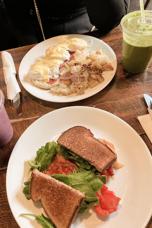 Sandwich und Eggs Benedict im Meme's healthy nibbles in Brooklyn-New York