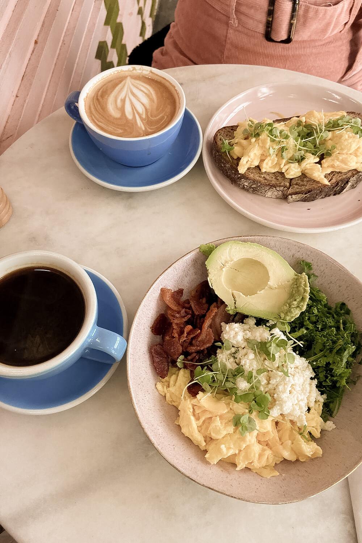 Breakfast Bowl und Rühreitoast im Hutch & Waldo in New York