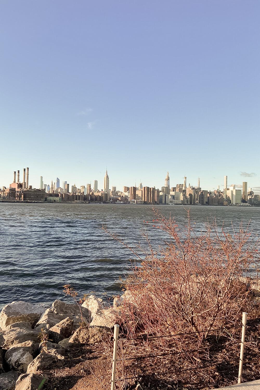 Ausblick vom Williamsburg Waterfront Pier auf die Manhattan Skyline in New York