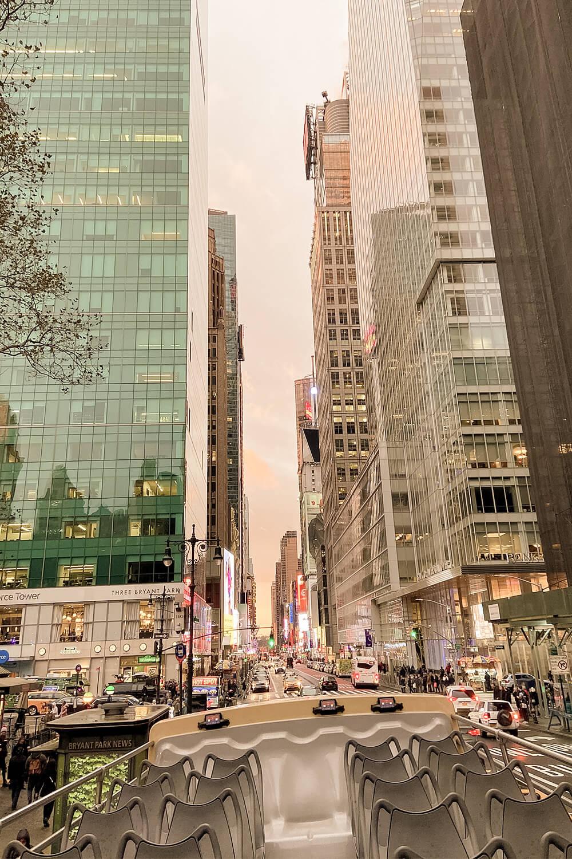 Ausblick auf Manhattaner Wolkenkratzer vom Bus
